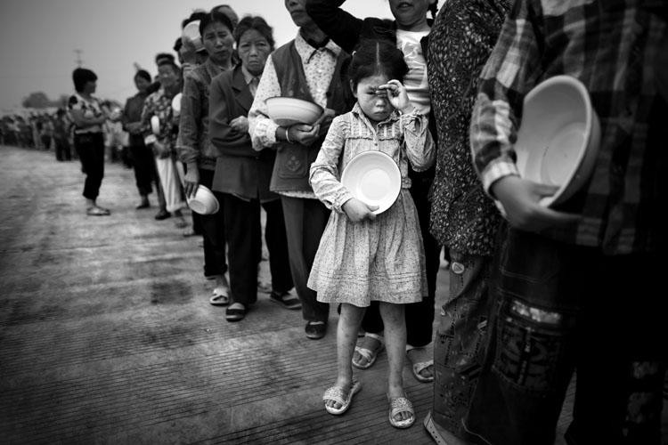 2. Preis 2008 für Oded Balilty Das Erdbeben in China Die Totenstarre einer Region überträgt sich auf die Psyche der Lebenden: Mindestens 70 000 Opfer verschlang am 12. Mai 2008 die chinesische Erde bei einem apokalyptischen Beben in der Provinz Sichuan. Fünfzehn Millionen Häuser stürzten ein, nahezu sechs Millionen Menschen leben seither in Notunterkünften. Der Katastrophe folgte ein nicht minder leidvolles Seelenbeben. Die Innenwelt der Überlebenden ist zutiefst erschüttert, verletzt, traumatisiert; sie wird verfolgt von den Dämonen des Schreckens.Und auch der Außenwelt fehlt jedwedes sichere Fundament. Auf einen Hauch von kindlicher Unbeschwertheit traf der israelische Fotograf Oded Balilty ganz selten. Foto: Oded Balilty, Israel, Associated Press (AP)