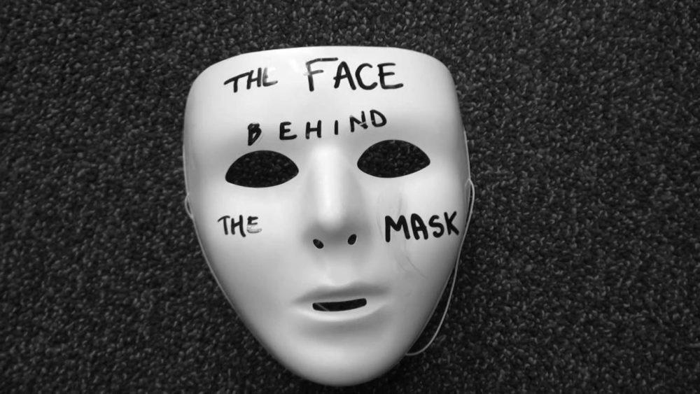 Οι άνθρωποι πίσω από τη μάσκα