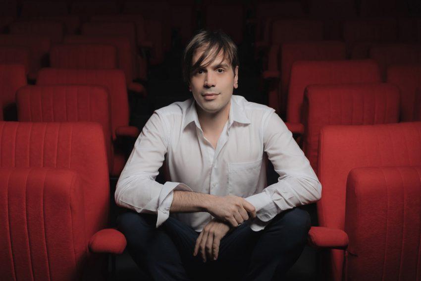 Μάνος Καρατζογιάννης - το θέατρο είναι η δουλειά του ηθοποιού