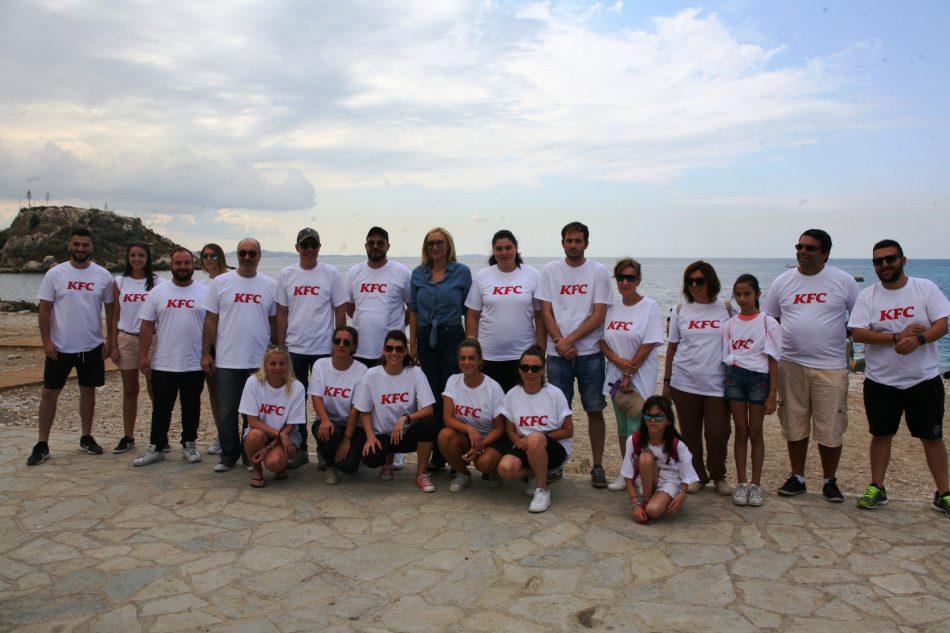 Καθαρισμός της πλαζ Βοτσαλάκια από ομάδα εθελοντών της KFC με τη στήριξη του Δήμου Πειραιά